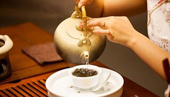 用盖碗冲泡普洱茶