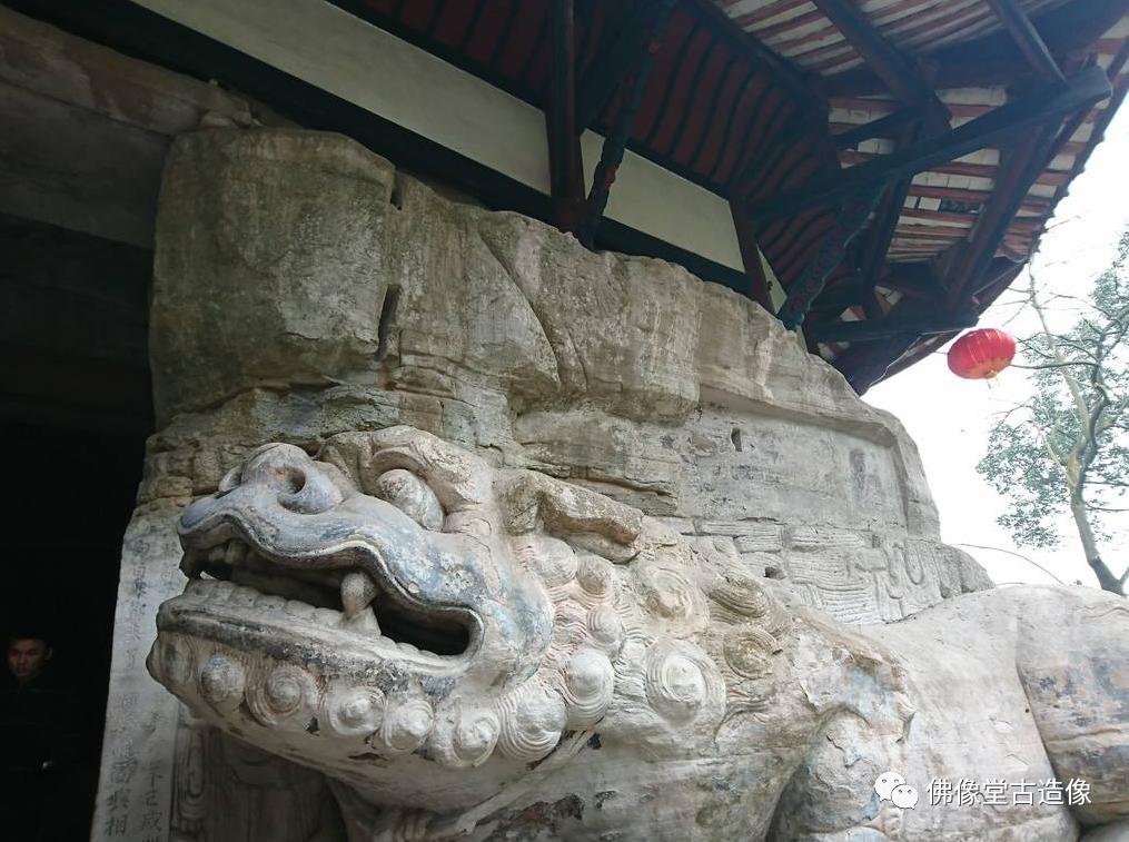 大足石刻 洞口处石狮子