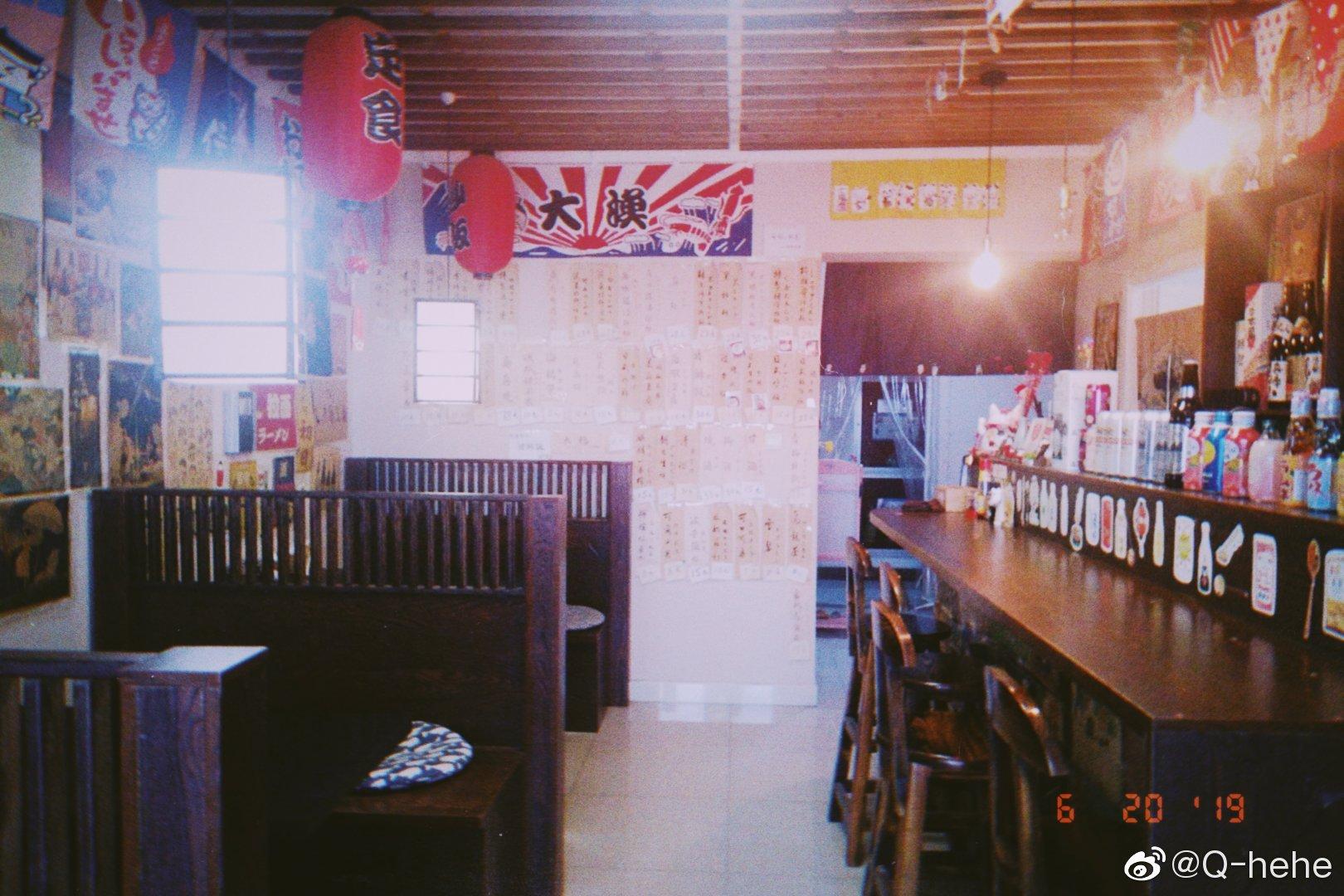 一整面墙都是菜单哦,一进门满满的都是日式风格的装潢,很适合胶片风的相机拍照。