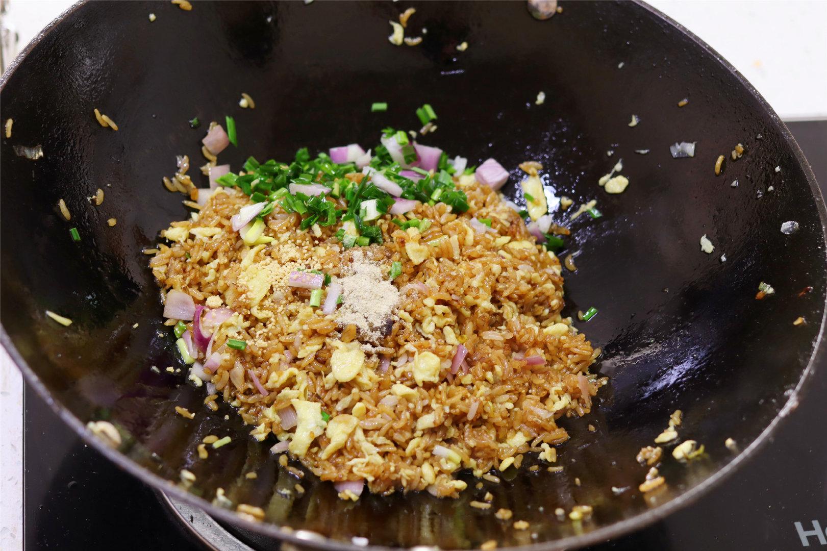 """做蛋炒饭,记得""""软炒""""鸡蛋,每一勺米里都有蛋花,松软颗粒分明"""