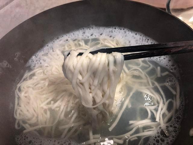 煮面条最忌水开下锅,面馆老板分享正确做法,面条筋道不粘锅