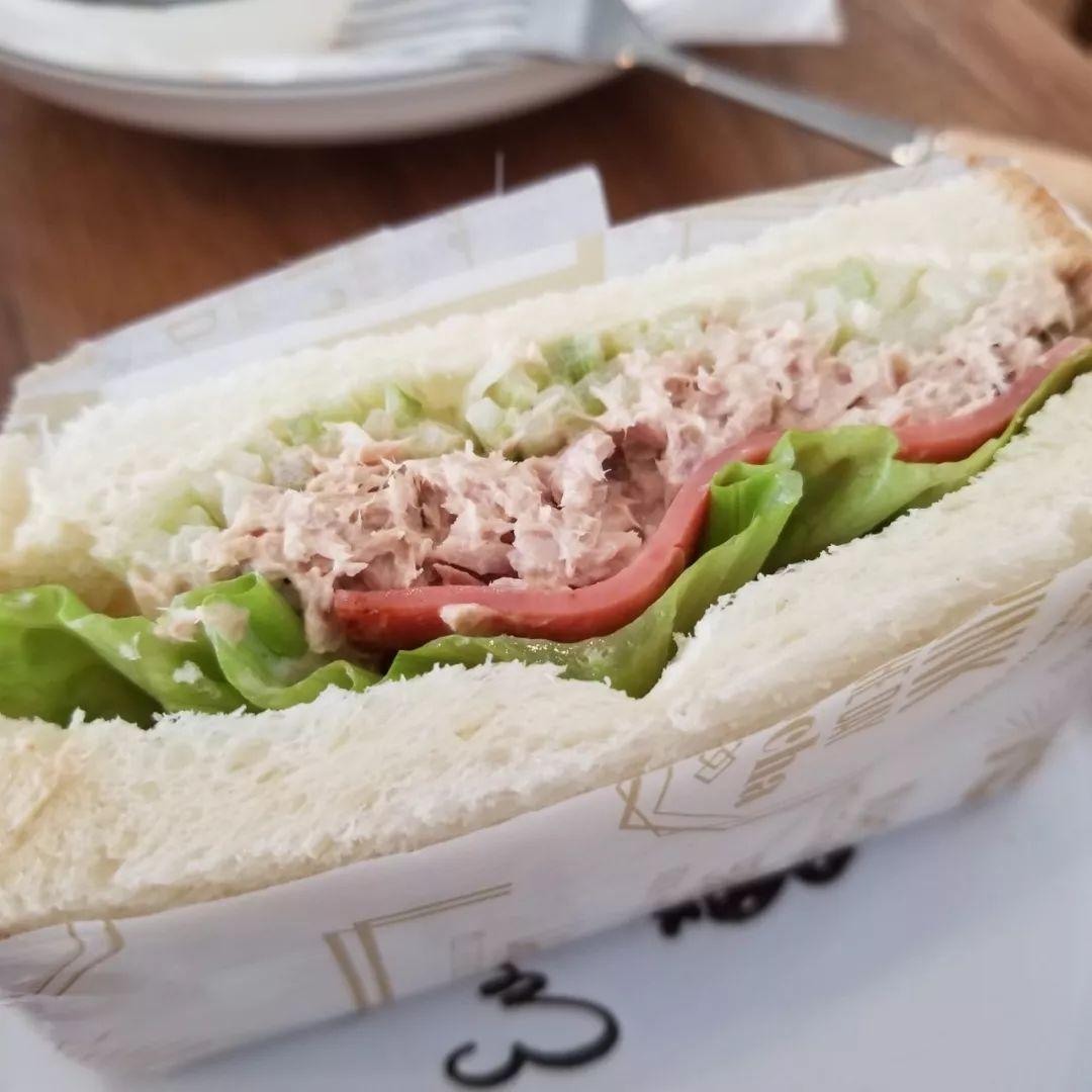 芥末吞拿鱼三明治