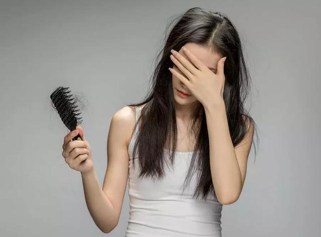 生完孩子后,狂掉头发?做到这几点,不怕掉秃头