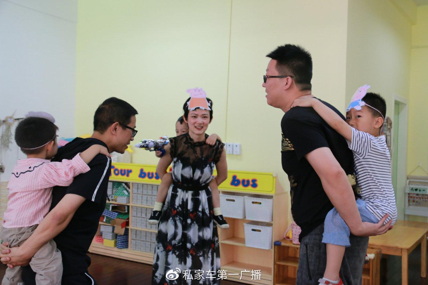 你会玩佩奇蹲蹲乐吗?宝爸宝妈们背起带=戴着佩奇角色头饰的宝宝,开始了反应大比拼!