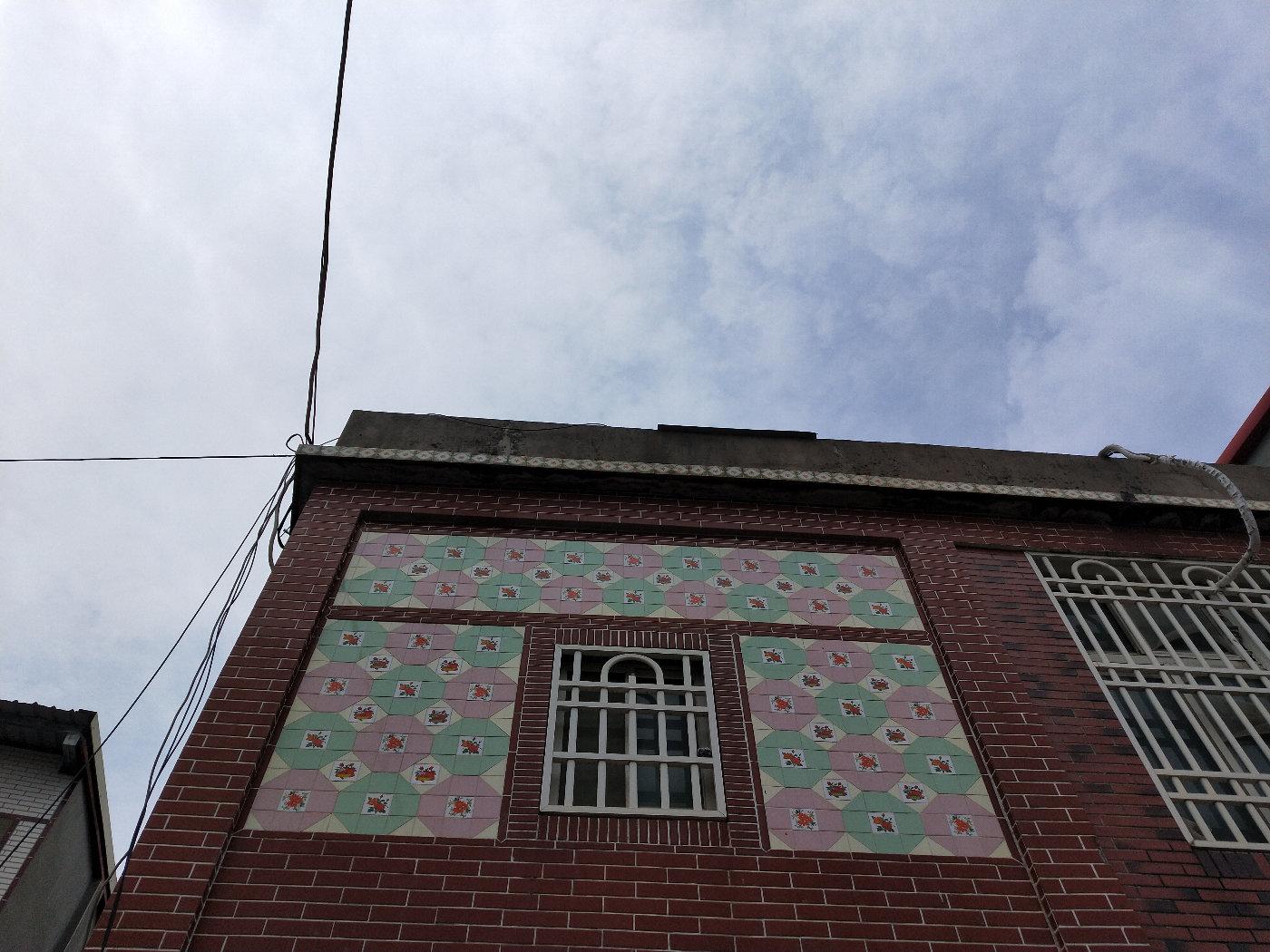 看把花砖贴在外墙上多好看!为什么我们老家只知道贴在地板上???