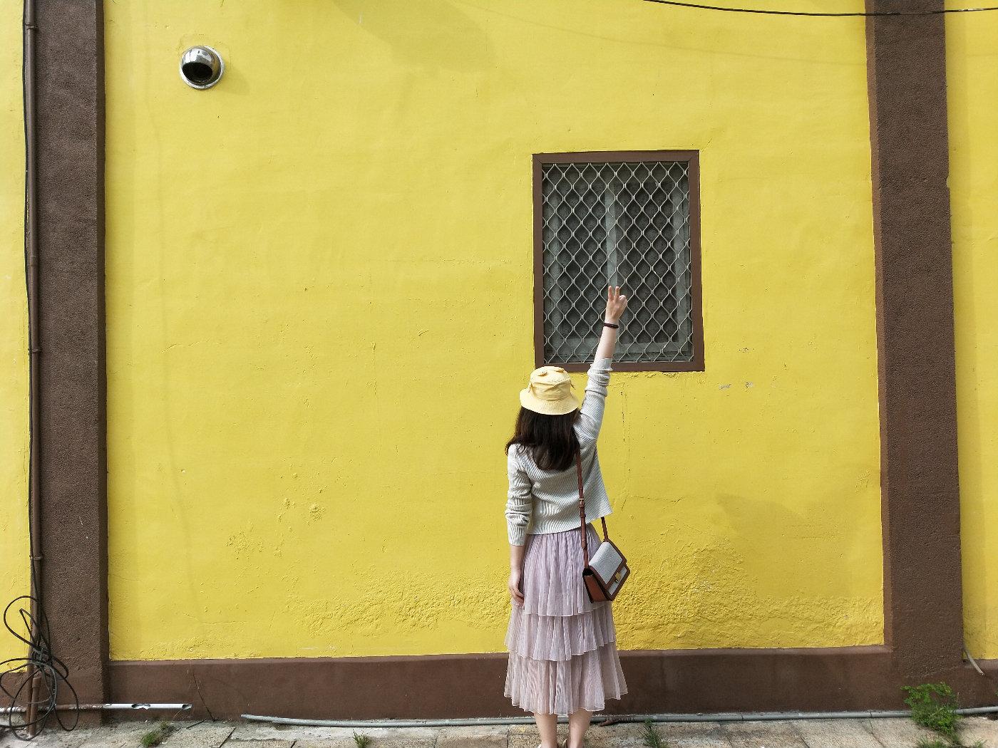 我戴着我的黄帽子和黄房子合影~