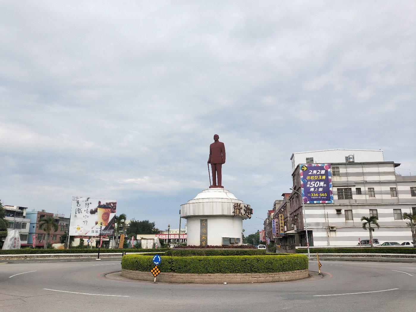 十字路口圆盘中心的孙中山先生雕像