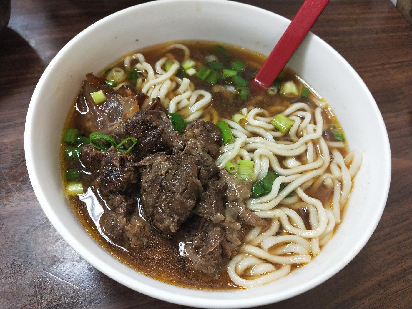牛肉面的特写,看看这扎实的肉,汤好好喝