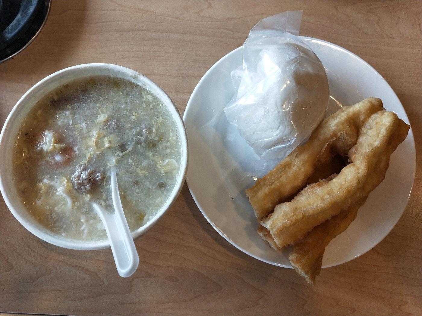 酒店提供的早餐,粥的料很实在,有两三只虾,然后瘦肉和蛋,味道很好