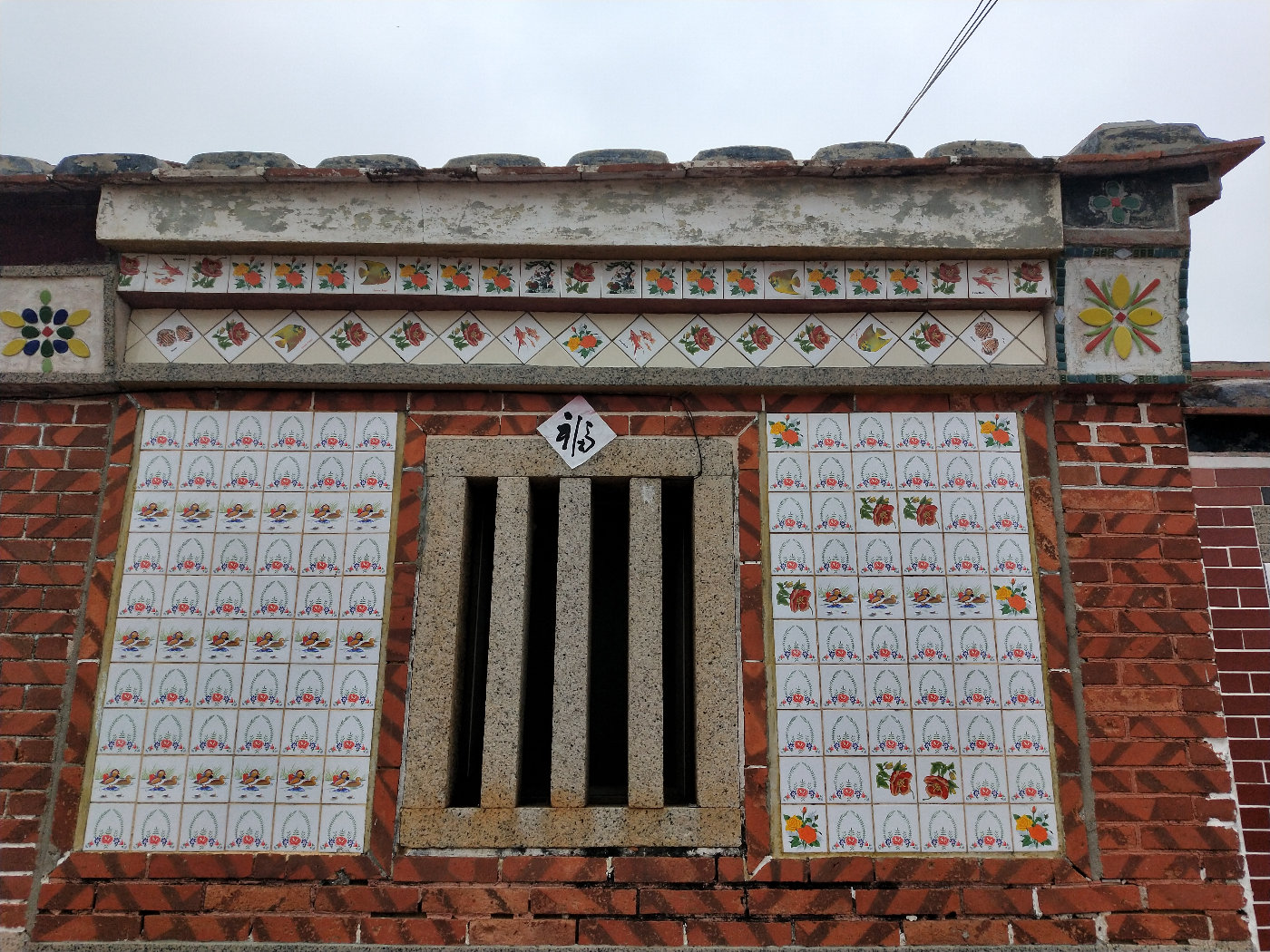 外墙的白色瓷砖不知经历了多少的风吹雨打,有些些泛黄,但好像更有味道了