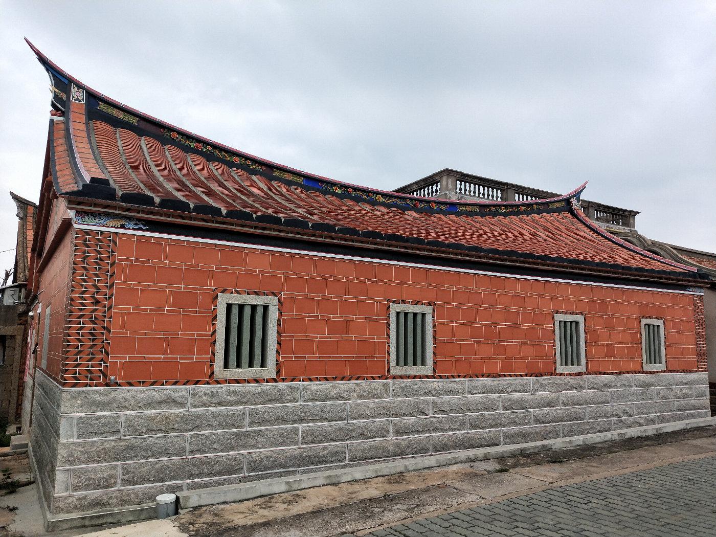 这家屋檐是黑的底色,仔细看每家的屋顶都不一样