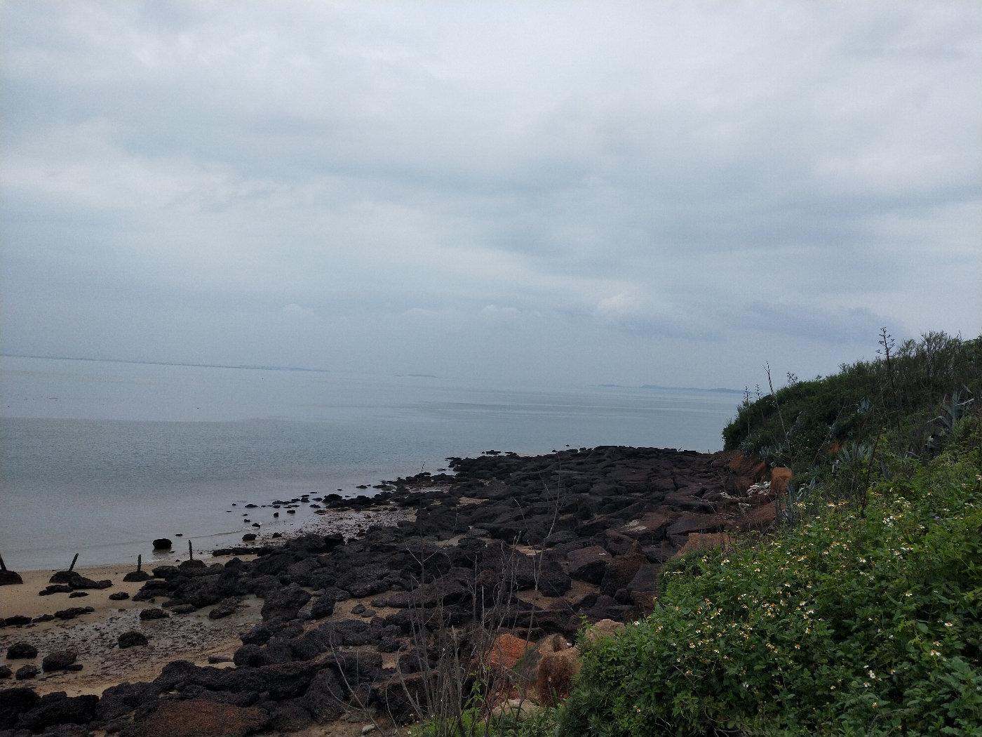 断崖一边的海滩,上面都是黑色的石头